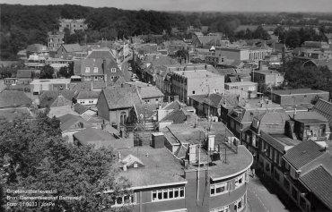 Verleden, 1965 - Foto vanaf de toren van de Oude Kerk. Iets links vanaf het midden voormalige synagoge (tegenwoordig Kaasschieter Optiek) aan de Jan van Schaffelaarstraat. Op de achtergrond Huize De Schaffelaar. - Barneveld