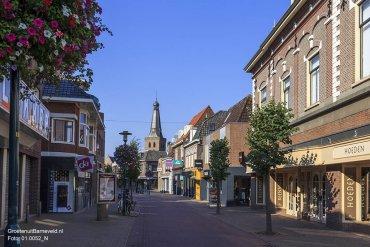 Heden 2015 - Links Blokker en DA Drogisterij Verweij. Rechts Hoedenhuis De Linde, kledingwinkel Tuunte en snoepwinkel Snoep-Inn. - Jan van Schaffelaarstraat, Barneveld