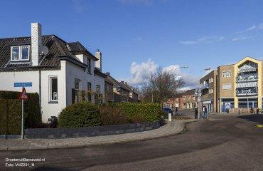 Heden 2015 - Kerkstraat met links de voormalige onderwijzerswoning en rechts de Aldi. - Voorthuizen