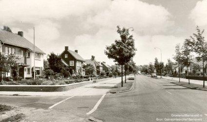 Verleden tussen 1960 en 1970 - Thorbeckelaan - De foto is gemaakt ter hoogte van de Johan de Wittlaan links, vervolgens het pand van H. de Heus (Tijsseling). Rechts de Dr. Kuyperlaan. - Barneveld
