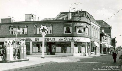 Verleden 1960 - De Langstraat met linksvoor Caltex benzinepomp van Garage Stronks, daarachter automatiek en eethuis de Straaljager - Barneveld