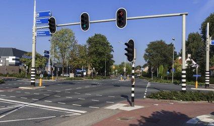 Heden 2015 - Links op de achtergrond de Veluwehal. -Burgemeester Kuntzelaan, Thorbeckelaan, Gasthuisstraat, Barneveld