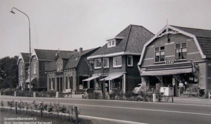 Verleden - Hoofdstraat met In het midden drogisterij Vaarkamp, rechts de Vivo-kruidenier. - Voorthuizen