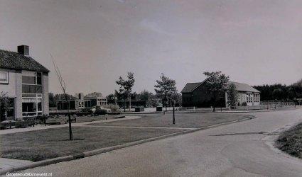 Verleden - Op de achtergrond de Van Effrinkstraat, Openbare kleuterschool De Regenboog en openbare lagere Jan Ligthartschool. -Voorthuizen