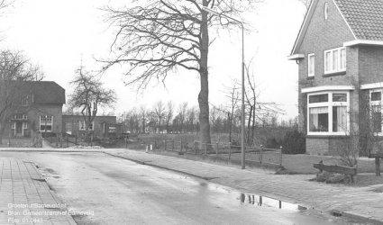 Verleden 1968 - Vliegersvelderlaan voor de bouw de bouw startte van de wijk Vliegersveld. Links het huis van Van den Hoorn. - Barneveld