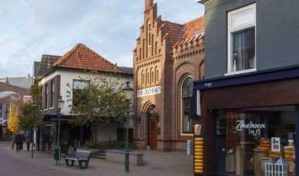 Heden 2014 - Langstraat met van links naar rechts: Soels herenmode, The Old Barn en Zuivelhoeve.  - Barneveld