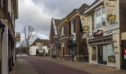 Heden 2015 - Van links naar rechts: Juul & Juultje Positiemode Babykleding, café restaurant Het Schaap, de oude gereformeerde kerk (te huur), Le Thème Jeugdmode en Visspeciaalzaak 't Visnet. - Barneveld