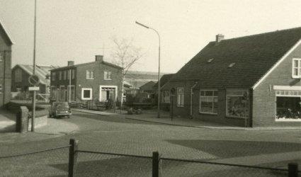 Verleden 1970/1971 - Hoek Schoutenstraat, Groen van Prinstererlaan. Links pakhuis firma Koudijs, in het midden café Ruitenbeek (later Duinkerken, later Heiko's), daarachter de Markthal die op dat moment werd uitgebreid. Rechts pand rijwielhandel Van Ravenhorst. - Barneveld