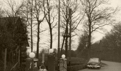 Verleden 1960 - Benzinestation G. van de Pol aan de Wesselseweg, gefotografeerd in de richting van Barneveld