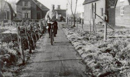 Verleden - De man op de fiets is de heer Otse, achter hem is zichtbaar; transportbedrijf Vink en rechts daarvan de Zinkwitfabriek aan de Lunterseweg (tegenwoordig de  Van Dompselaarstraat). - Barneveld