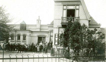 Verleden 1925/1935 - De rooms katholieke St. Anthoniusschool. In 1973 dit pand in gebruik als postkantoor in verband met de restauratie van het gebouw aan de Nieuwstraat - Barneveld