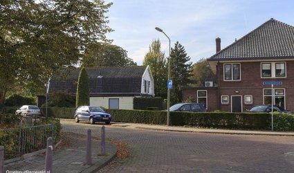Heden 2014 - De Kruising Pastoor Gowthorpestraat - Achterdorpstraat. De school stond ongeveer op de Achterdorpstraat en de huidige parkeerplaatst van 't Notarishuys (rechter gebouw) . In het witte gebouw in het midden is Ina's Eetkamer gevestigd. Links is het hek om het schoolplein te zien van de huidige Anthoniusschool. - Barneveld