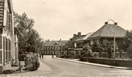 """Verleden 1950/1960 - """"Barneveld, Gast- en Rusthuis"""". Op de achtergrond het Gast- en Proveniershuis, links het woonhuis van koster G.J. de Kruijf. - Gasthuisstraat"""