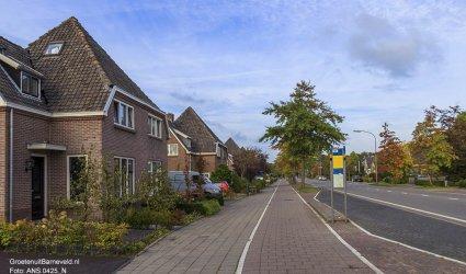 Heden 2014 - De straat heet tegenwoordig de Van Zuijlen van Nieveltlaan. Er is nog een klein stukje Drostendijk tussen Verpleeghuis Norschoten en het Groenhorst.  - Barneveld