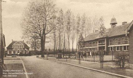 Verleden 1920/1940 - Kerkstraat met de voormalige Nederlands Hervormde School. Op de achtergrond links is het meestershuis de 'Koperen Ring' te zien. - Voorthuizen