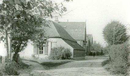 Verleden - Bakkersweg in de richting van de Hoofdstraat. Op de plek van de boerderij stond later de Spar van Mondria. - Voorthuizen