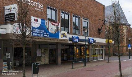 Heden 2015 -Van links naar rechts: Flevolicht en Wonen, voormalige Free Record Shop, D-reizen en de Oude Kerk. Op de bovenverdieping bevind zich Orthodontie Barneveld en hangt nog altijd een anker aan de gevel. - Barneveld